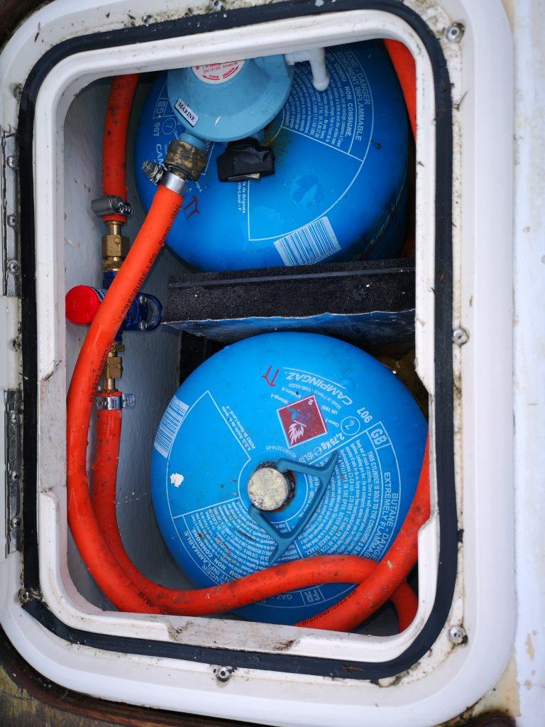 Gas locker arrangement with twin 907 bottles